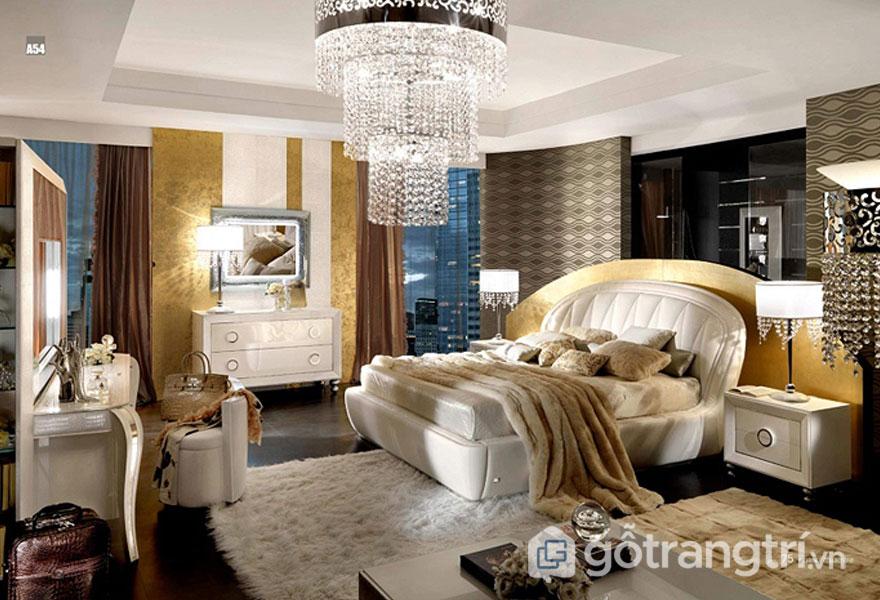 Phòng ngủ trang nhã với đèn chùm pha lê (Ảnh: Internet)