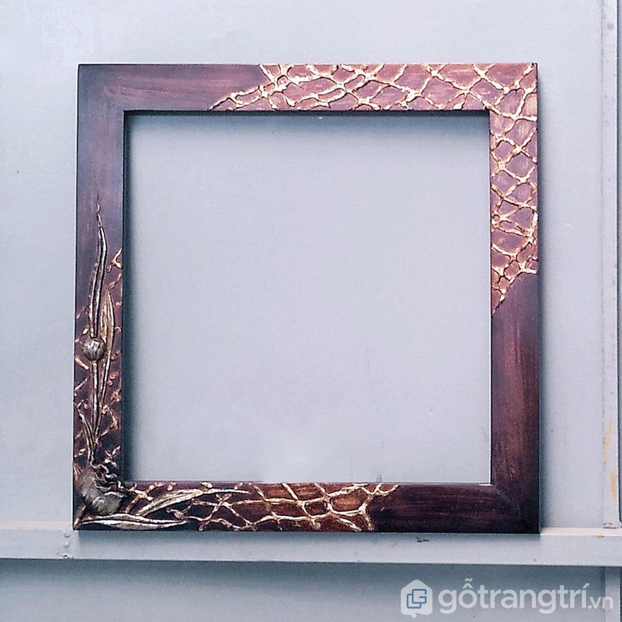 Khung tranh nghệ thuật có hoa văn đẹp mắt để tạo điểm nhấn mới lạ, tính thẩm mỹ cao cho tranh trang trí.
