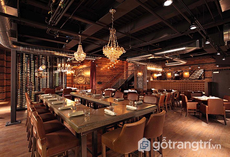 Sự quyến rũ của không gian phòng ăn này khá cổ điển, trầm mặc bởi màu nâu và dòng tranh treo tường (Ảnh: Internet)