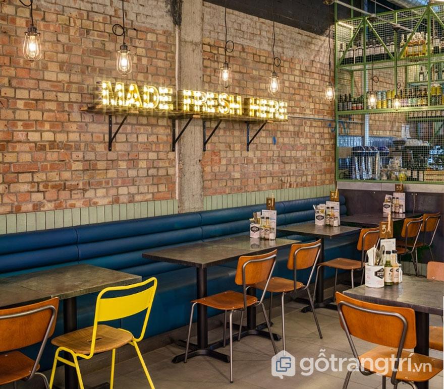 Nhà hàng này được trang trí khá ấn tượng với dòng chữ được thắp sáng làm nổi bật không gian ăn uống (Ảnh: Internet)