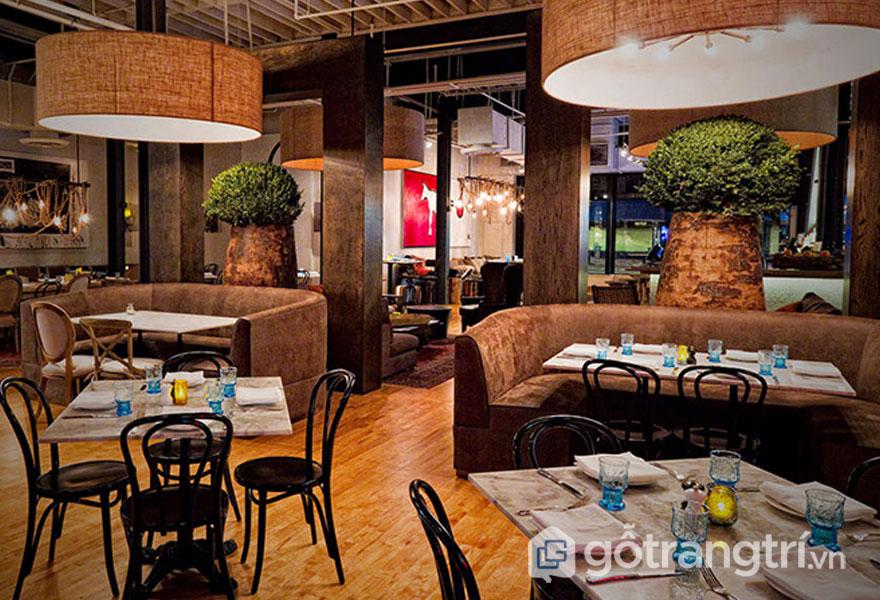Nhà hàng này được bài trí với dòng đèn treo tường to, và điểm xuyết là đưa không gian xanh vào trong nhìn khá tươi mát (Ảnh: Internet)