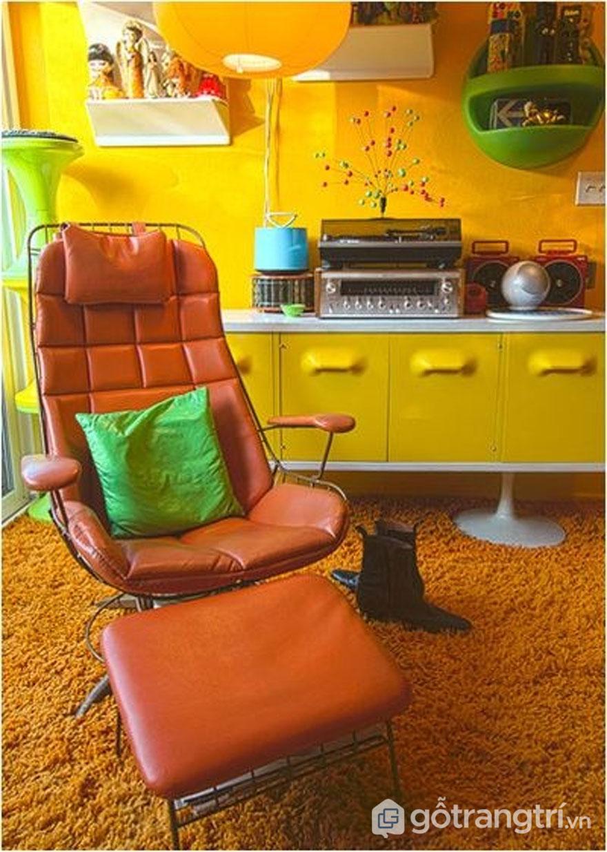 Nhà phong cách retro với chiếc ghế bành màu cam (Ảnh: Internet)