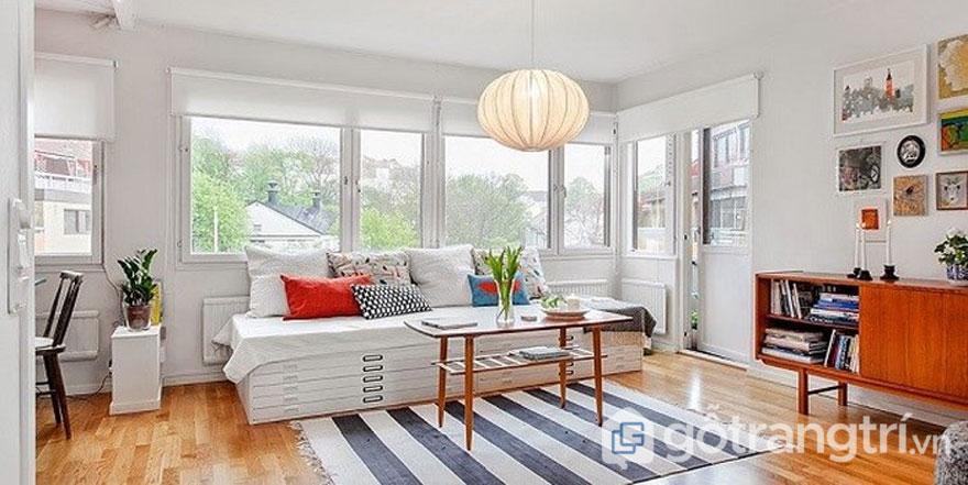 Ngôi nhà phong cách retro: với phòng khách thiết kế tràn ngập sắc trắng, thảm trải kẻ và đèn lồng (Ảnh: Internet)