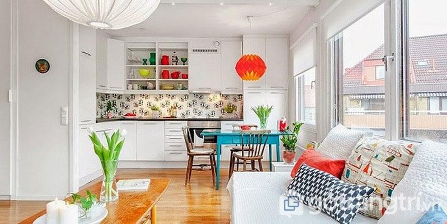 Thiết kế nhà theo phong cách retro với không gian ăn uống điểm xuyết những cây xanh tươi (Ảnh: Internet)
