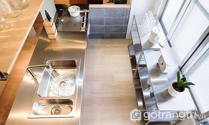 Bếp nhỏ, bàn bếp được mạ kim loại sáng bóng (Ảnh: Internet)