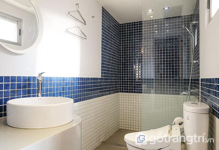 Gạch ốp tường cho phòng tắm là màu trắng và xanh biển (Ảnh: Internet)