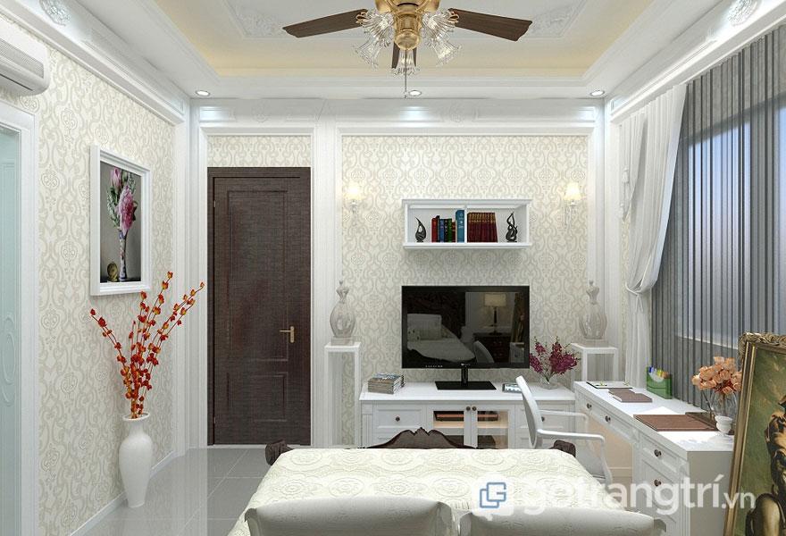 Phong cách tân cổ điển cho phòng ngủ được thiết kế khá bài bản, tiện nghi với bàn làm việc sơn trắng hiện đại, pha chút sắc đỏ của hoa trong lọ (Ảnh: Internet)