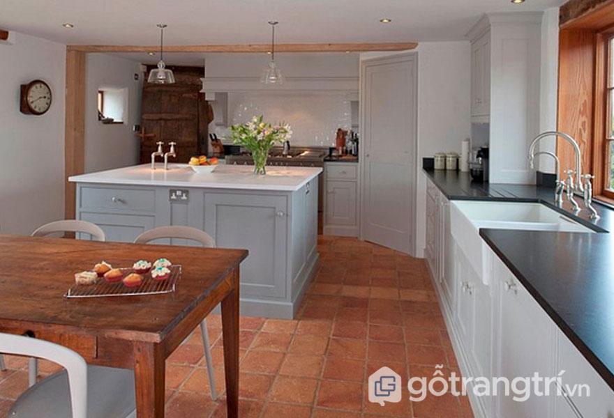Phòng bếp lát sàn gạch nung mang phong cách đồng quê (Ảnh: Internet)
