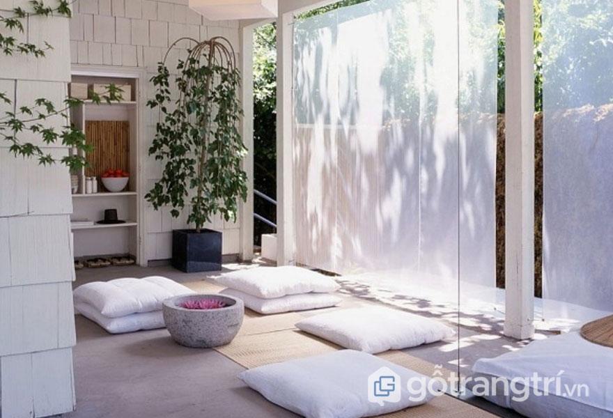 Căn phòng nổi bật với sắc trắng tinh khôi quá nệm ngồi, bức tường (Ảnh: Internet)