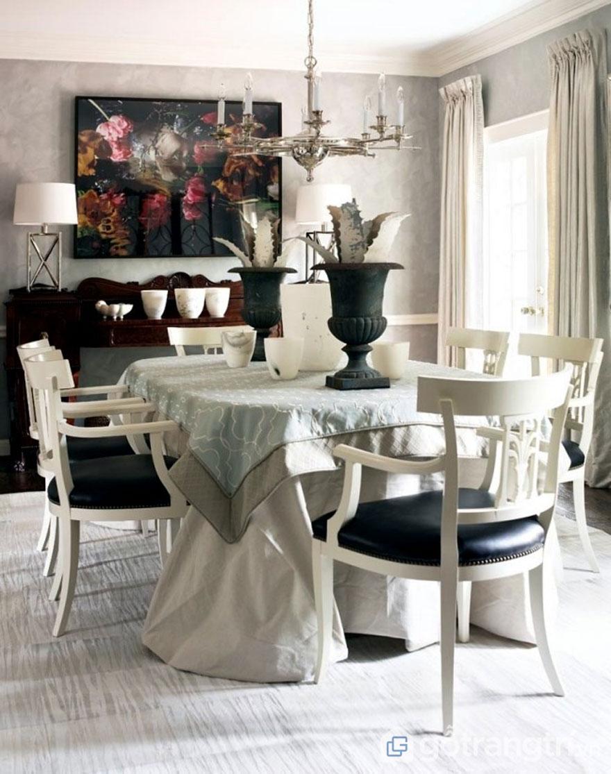 Các chất liệu trong tân cổ điển là rèm, bọc sofa… được làm từ tơ lụa, thổ cẩm, linen, nhung (Ảnh: Internet)