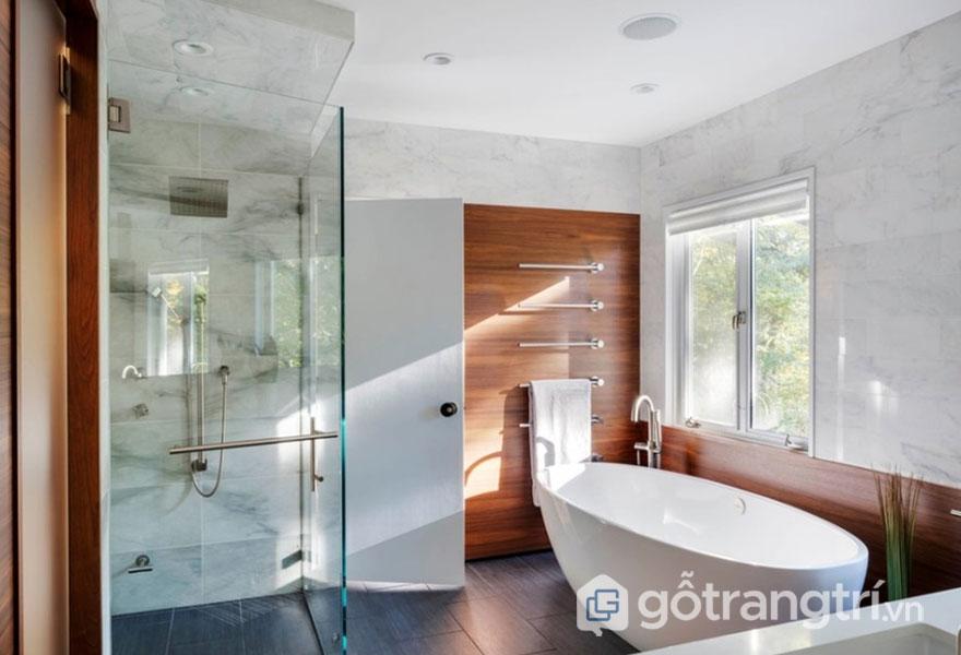 Bên cạnh của bồn tắm luôn được trang bị vòi hoa sen (Ảnh: Internet)