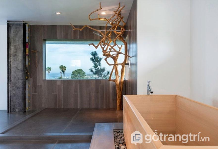 Phòng tắm này được thiết kế cửa sổ để đưa thiên nhiên vào trong (Ảnh: Internet)