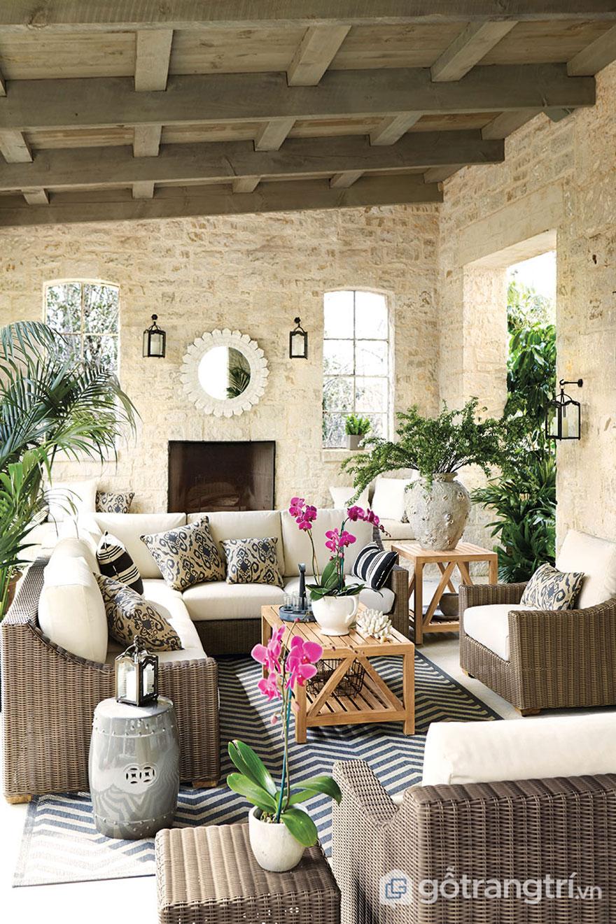 Cây và hoa được trồng khá nhiều ở trong không gian của phong cách nhiệt đới. Đặc biệt đối không gian xuất hiện nhiều ánh sáng tự nhiên như ban công, hiên nhà thì xuất hiện nhiều cây cảnh (Ảnh: Internet)