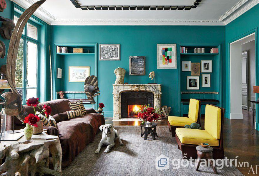 Bức tường màu xanh nổi bật cho đồ trang trí (Ảnh: Internet)