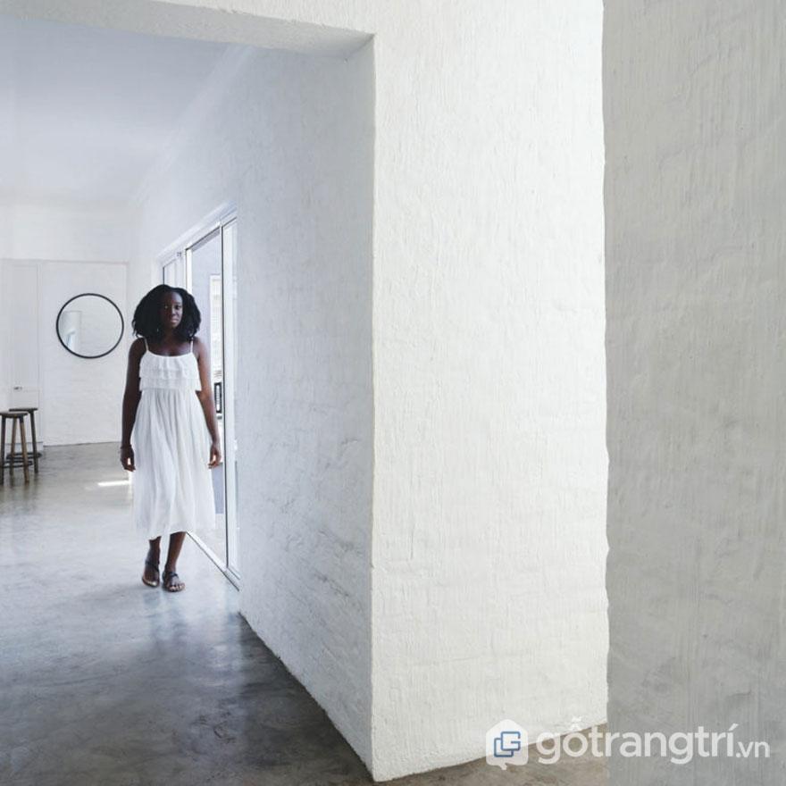 Tường và trần có tính chất hữu cơ, tường màu trắng, sàn nhà màu trung tính đậm chất wabi sabi (Ảnh: Internet)