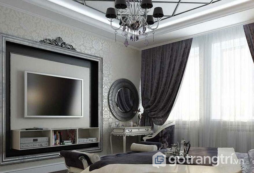 Phòng ngủ mang phong cách art deco được trang trí giấy dán tường hoa văn, đèn chùm pha lê (Ảnh: Internet)
