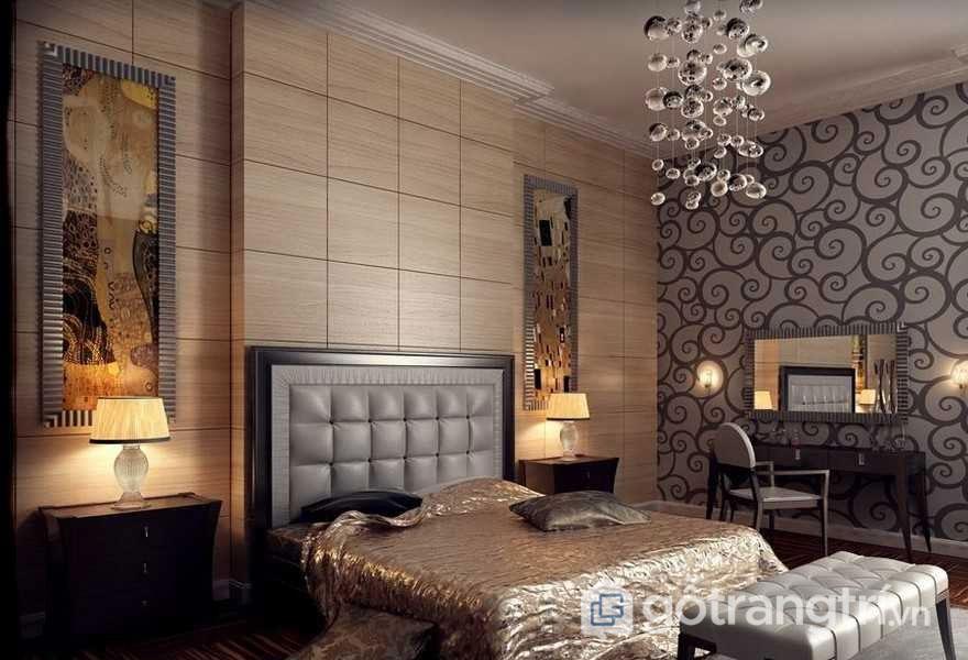 Phòng ngủ mang phong cách nội thất art deco rộng lẫy với dòng tranh treo tường nghệ thuật, ga trải giường vàng bóng (Ảnh: Internet)