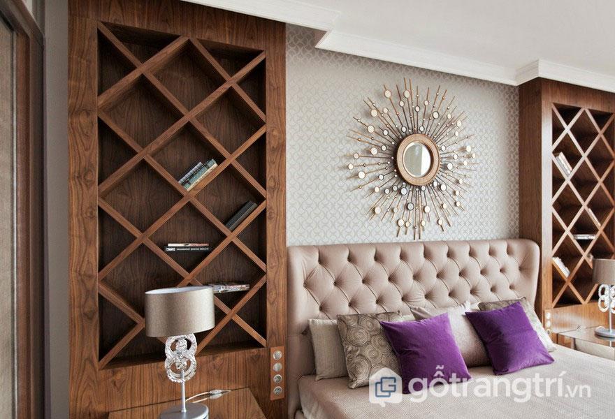 Phòng ngủ nổi bật với gam màu be, sắc tím và gương treo tường tia sáng (Ảnh: Internet)
