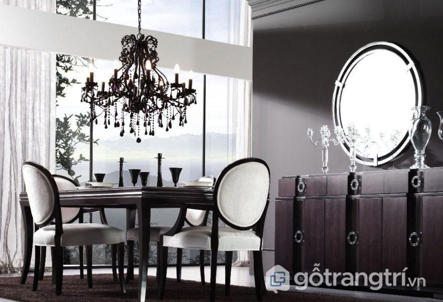 Sự thu hút trong căn phòng ăn này được phản chiếu qua gương trang trí (Ảnh: Internet)