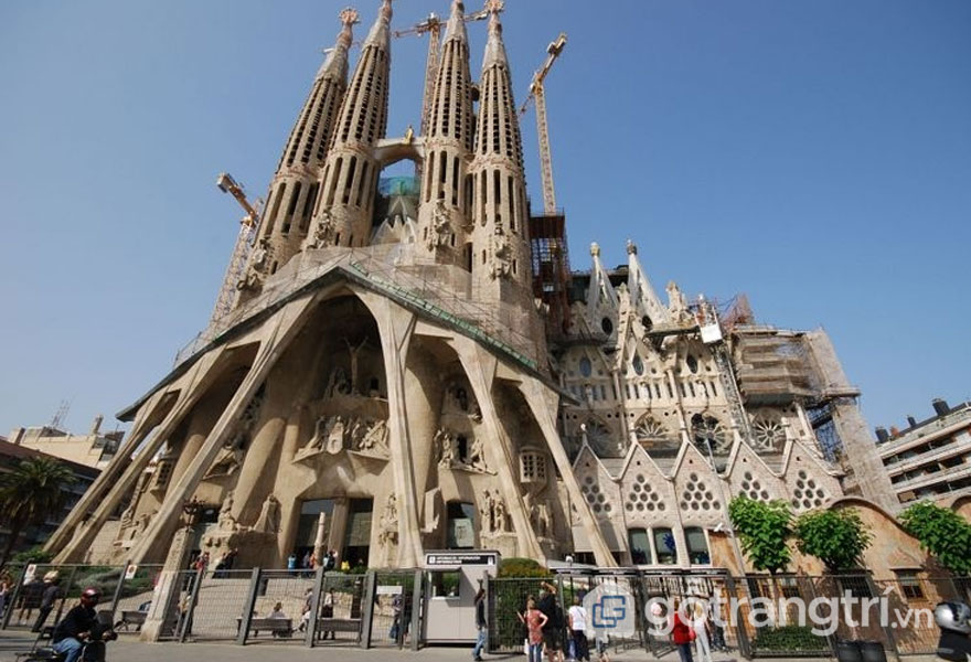 Nhà thờ Sagrada Familia mang phong cách Art Nouveau (Ảnh: Internet)