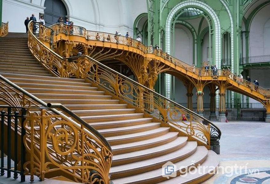 Cầu thang nổi bật với những đường cong đặc trưng (Ảnh: Internet)