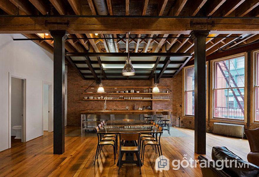 Trần gỗ và sàn gỗ được kết hợp khá là ăn ý với bức tường thô mộc từ gạch đỏ (Ảnh: Internet)