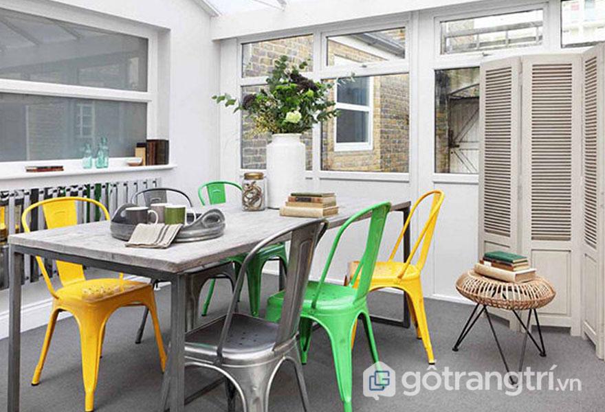 Sắc vàng, xanh, hay xám từ những chiếc ghế sắt đã làm nổi bật cho căn phòng ăn (Ảnh: Internet)