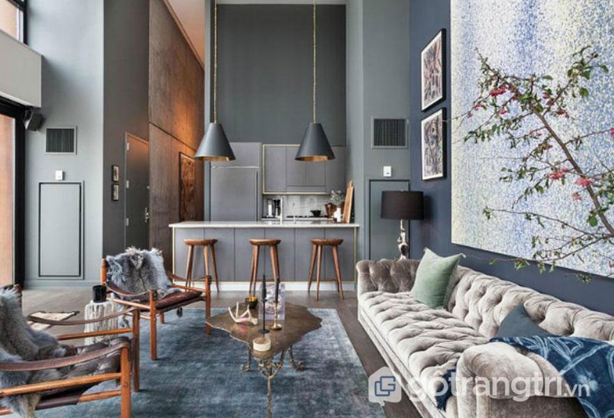 Phòng khách công nghiệp được trang trí với đèn thả trần thấp, nổi bật với tông màu xám (Ảnh: Internet)