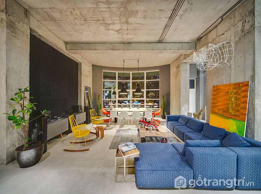 Màu xanh nổi bật từ bộ ghế sofa mới mảng tường trần nứt nẻ (Ảnh: Internet)