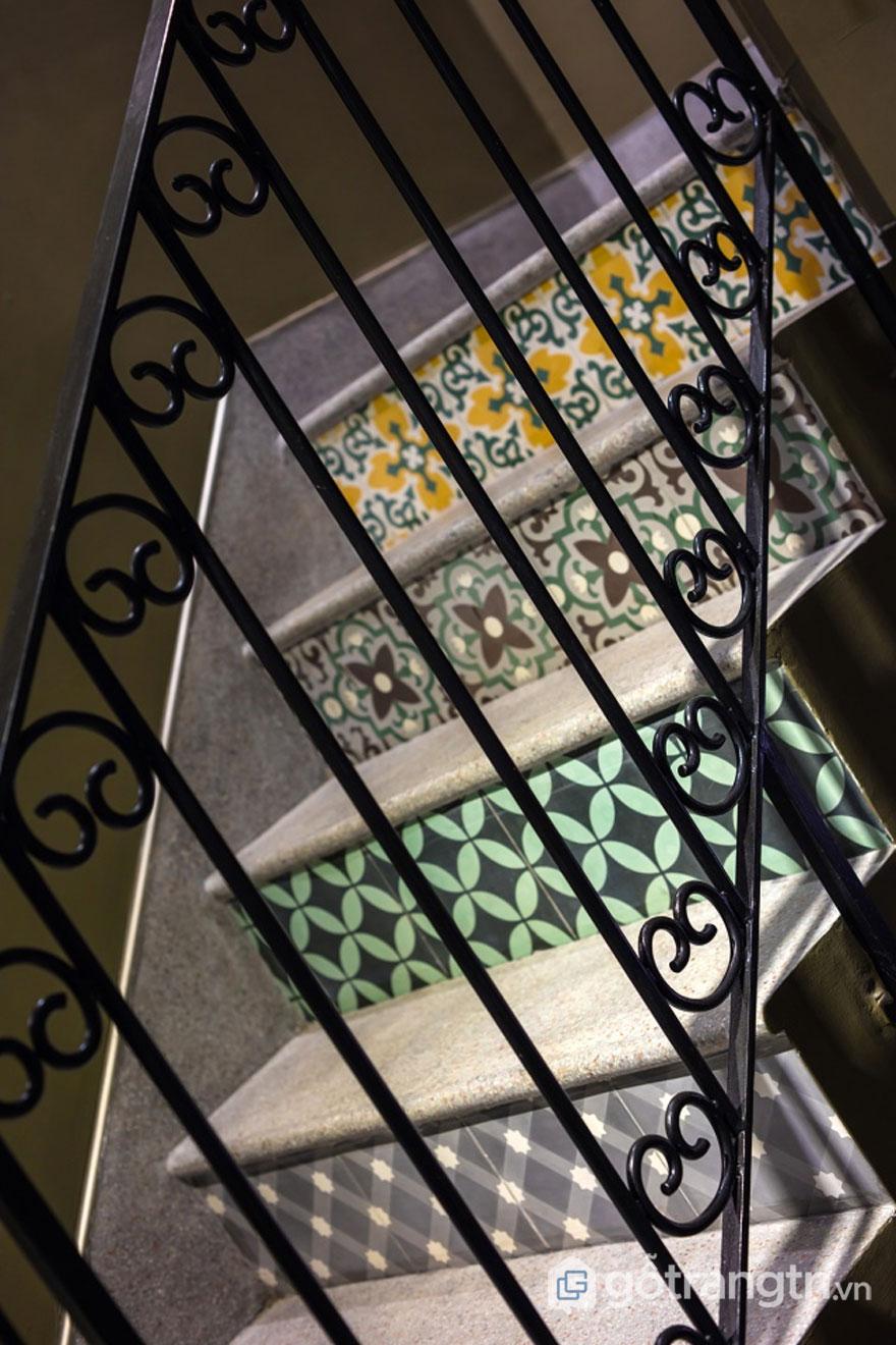 Cầu thang lát gạch bông (Ảnh: Internet)