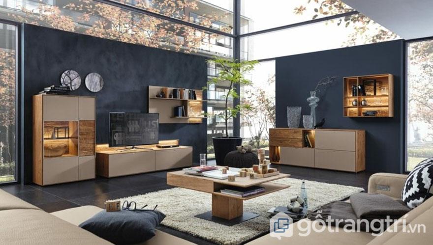 Phòng khách được bài trí theo kiểu đương đại với đồ nội thất đều bằng gỗ, ánh sáng hài hòa (Ảnh: Internet)