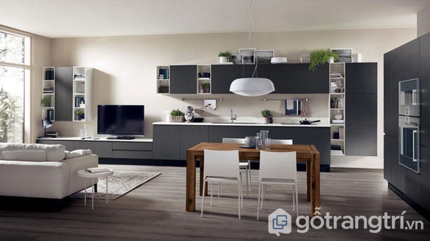 Trong căn bếp này, tường nhà được sơn màu be nhã nhặn làm tôn lên tủ bếp với tông màu xám, và bộ bàn ghế ăn. Việc bố trí cây xanh sẽ làm tăng thêm sự dịu mát cho căn bếp (Ảnh: Internet)