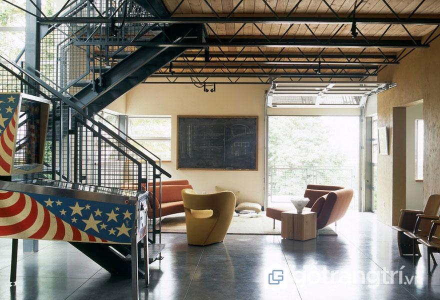 Cầu thang được thiết kế từ kim loại (Ảnh: Internet)
