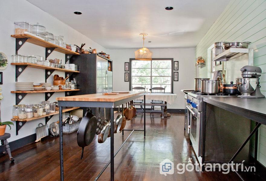 Chiếc bàn, hay bàn bếp hoặc kệ giá đều sử dụng dòng kim loại (Ảnh: Internet)