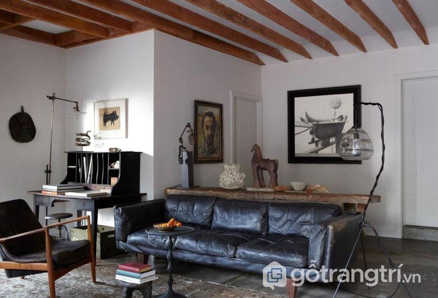 Phòng khách nổi bật với trần dầm gỗ (Ảnh: Internet)