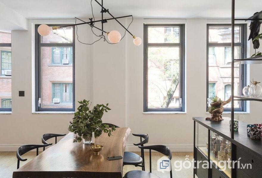 Phòng ăn đơn giản với những ô cửa sổ nhỏ bằng thép (Ảnh: Internet)