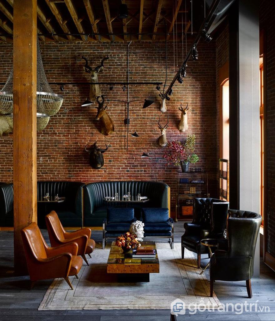 Phòng khách này khá ấm cúng, trên tường gạch được treo những hình ảnh trâu, hươu, nai (Ảnh: Internet)