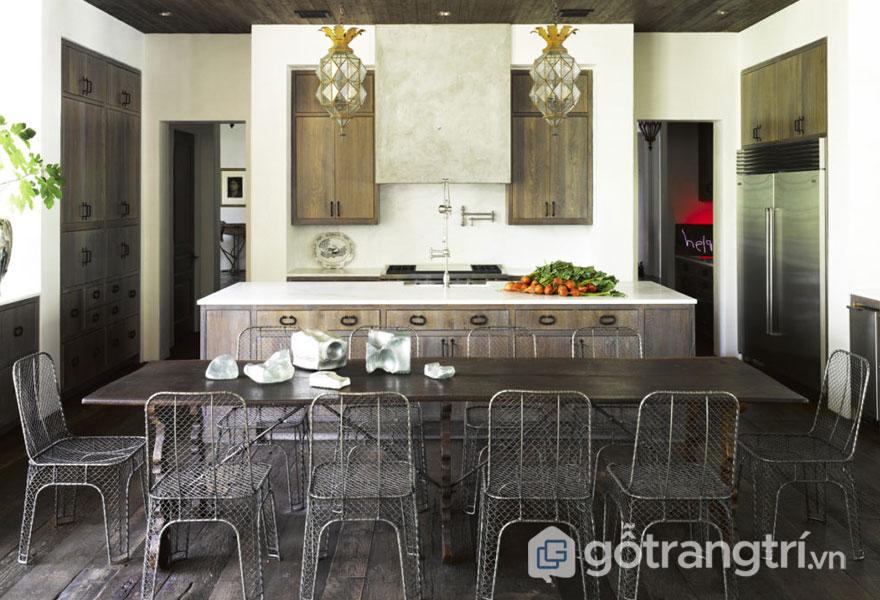 Phòng bếp với bộ bàn ăn được làm từ kim loại (Ảnh: Internet)