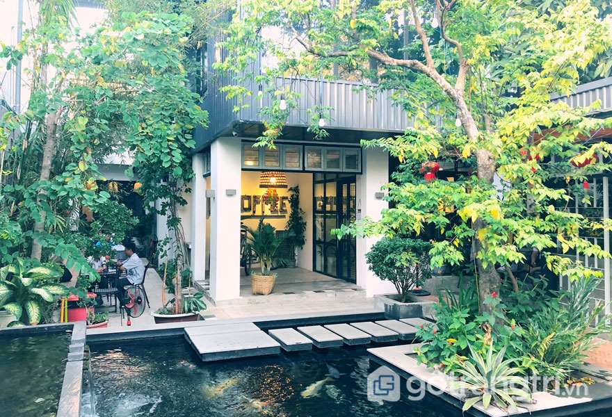 Phong cách retro trong thiết kế nội thất của quán cafe tràn ngập không gian xanh (Ảnh: Internet)