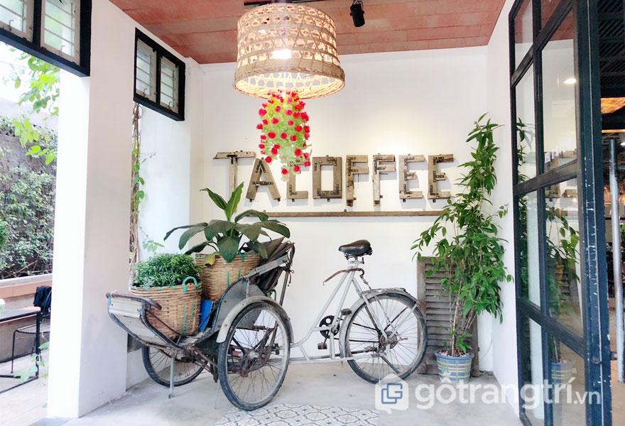 Bên trong Ta Coffe là chiếc xích lô hoài niệm (Ảnh: Internet)