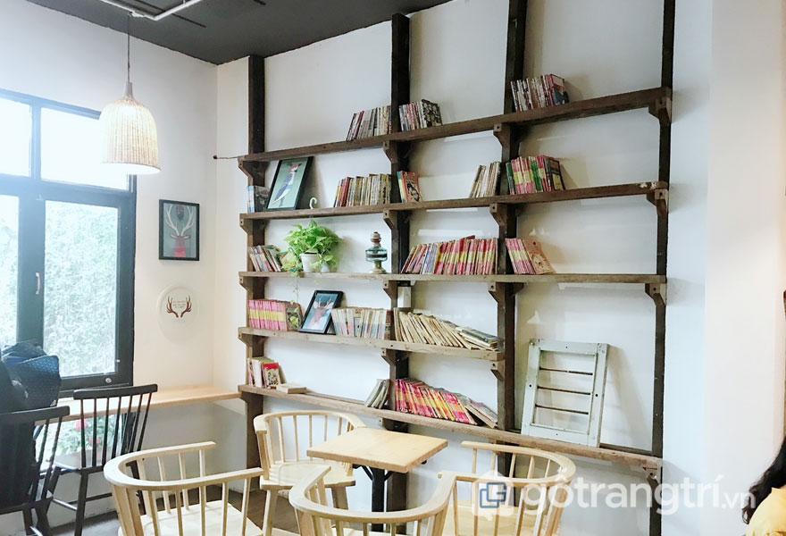 Và không thể thiếu kệ gỗ để sách báo, cây xanh khá đơn giản (Ảnh: Internet)