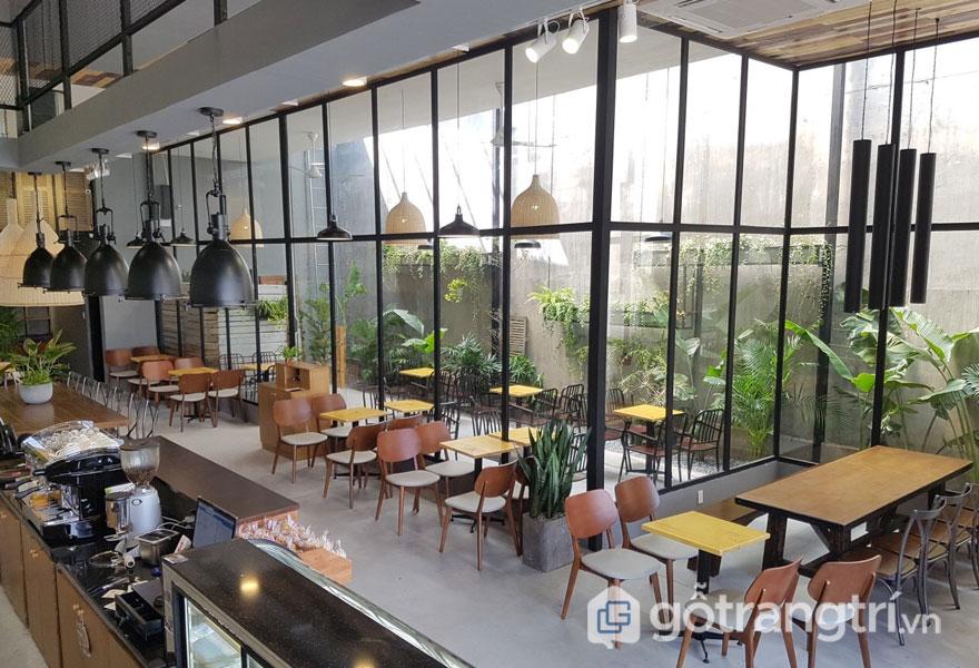 Bên trong quán cafe này được bài trí nội thất sang trong, với trần nhà cao (Ảnh: Internet)