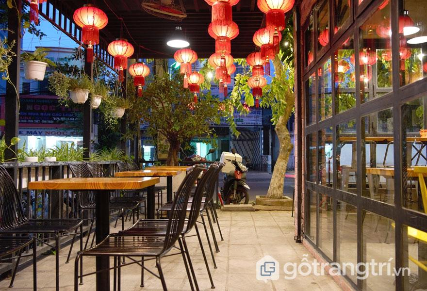 Quán cafe theo phong cách nội thất retro được trang trí những chiếc lồng đèn lung linh (Ảnh: Internet)