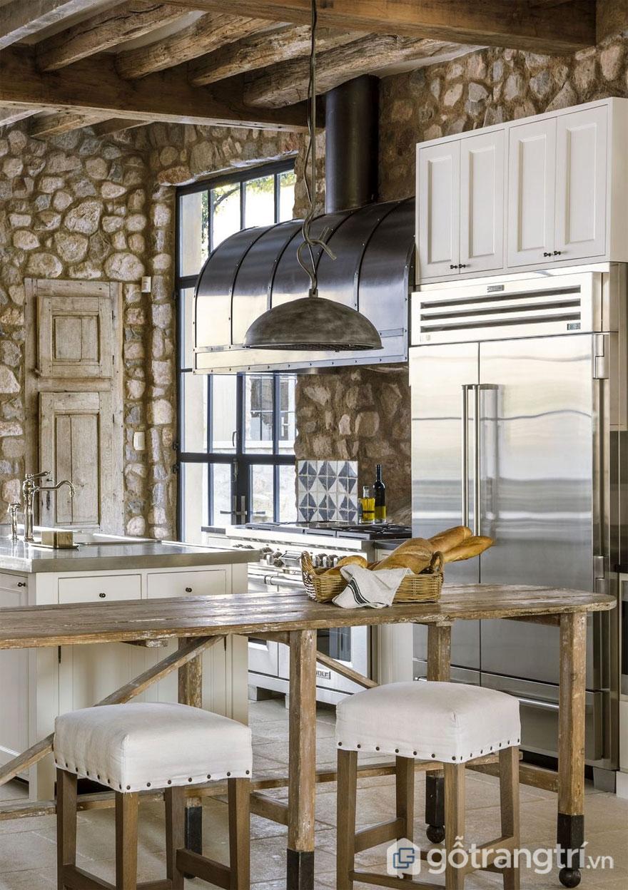Phòng bếp Rustic nổi bật với bức tường đá thô mộc (Ảnh: Internet)
