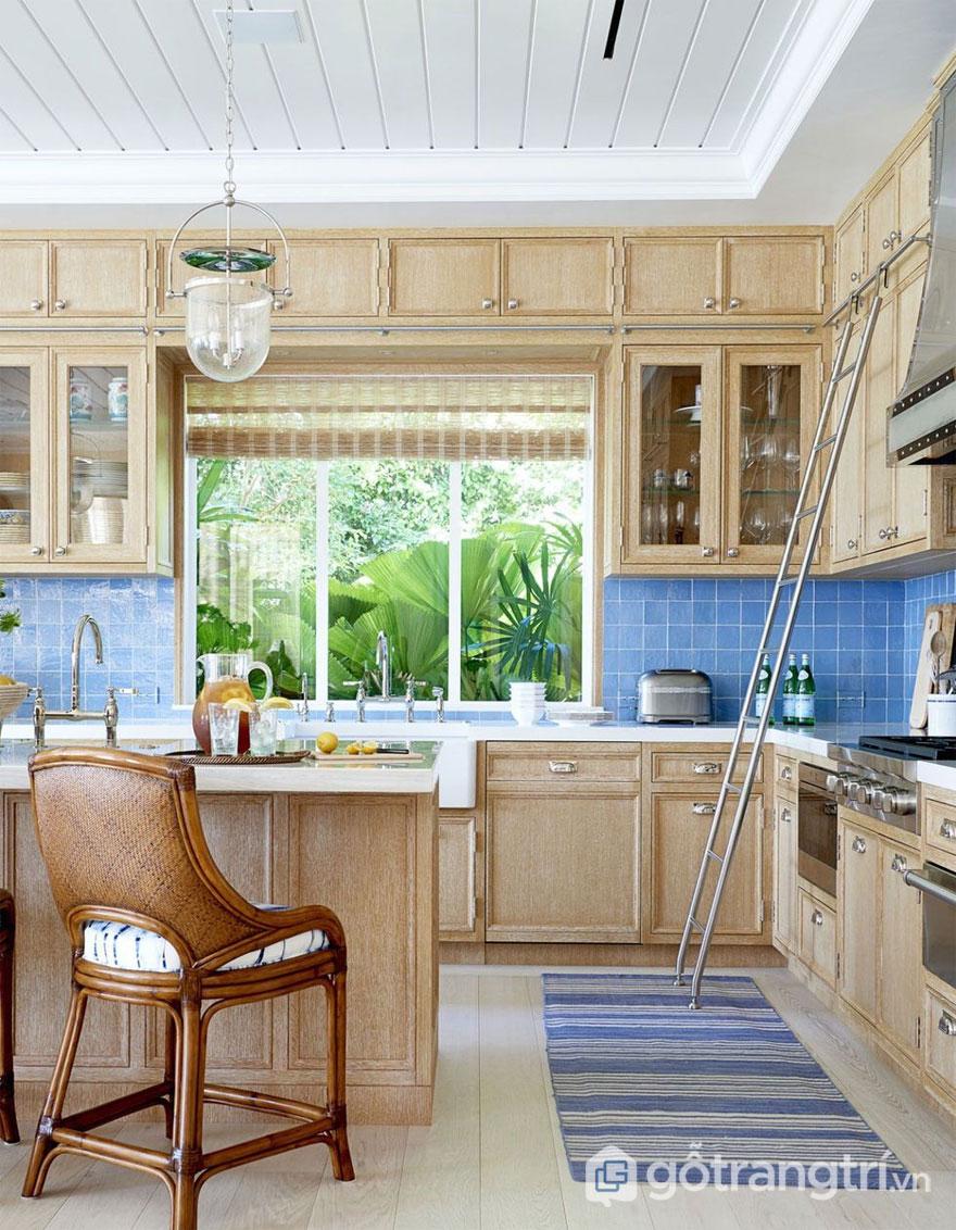 Phòng bếp Rustic với ô cửa sổ chan hòa thiên nhiên (Ảnh: Internet)
