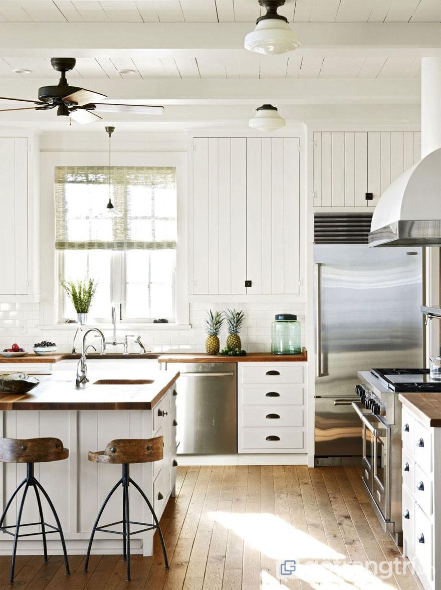 Phòng bếp Rustic với sàn gỗ và phủ sơn màu trắng (Ảnh: Internet)