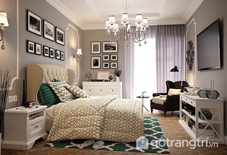 Căn phòng ngủ này được trang trí khá nhiều khung tranh ảnh, với rèm cửa vải nhẹ nhàng (Ảnh: Internet)