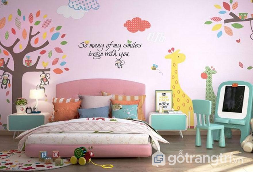 Phòng ngủ được trang trí khá sinh động với hình động vật, cây cối dành cho bé yêu (Ảnh: Internet)