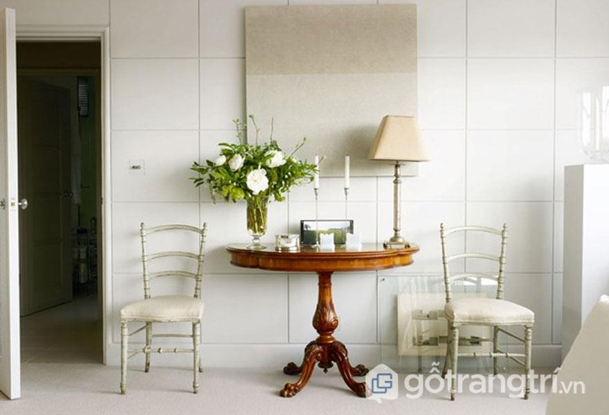 Tường nhà ốp gạch kết hợp bàn cổ theo phong cách nội thất retro (Ảnh: Internet)