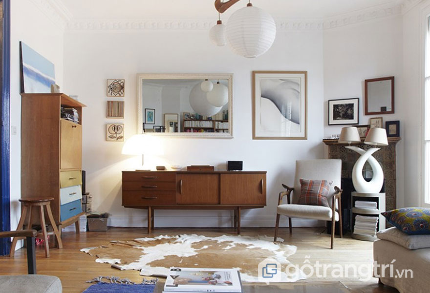 Phong cách nội thất retro phòng khách với nội thất trang trí cũ kỹ từ chiếc tủ tivi, tủ đựng đồ bằng gỗ (Ảnh: Internet)